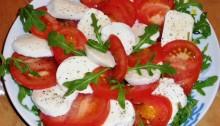 Салат Капрезе с помидорами и моцареллой