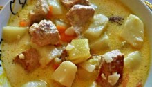 Свинина с картофелем с плавленным сыром на сковороде