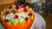 салат в апельсине с курицей и огурцом