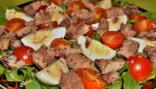 салат из тунца с помидорами и яйцами