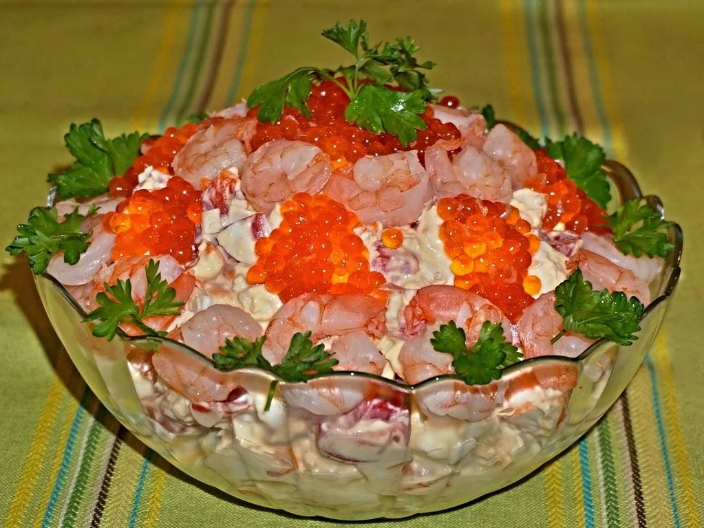 Салат из кальмаров крабовых палочек и креветок и икры с