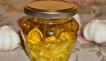 Растительное масло с чесноком и травами