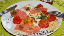 Яичница с сёмгой и помидорами