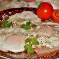 Жареный бекон с яичницей