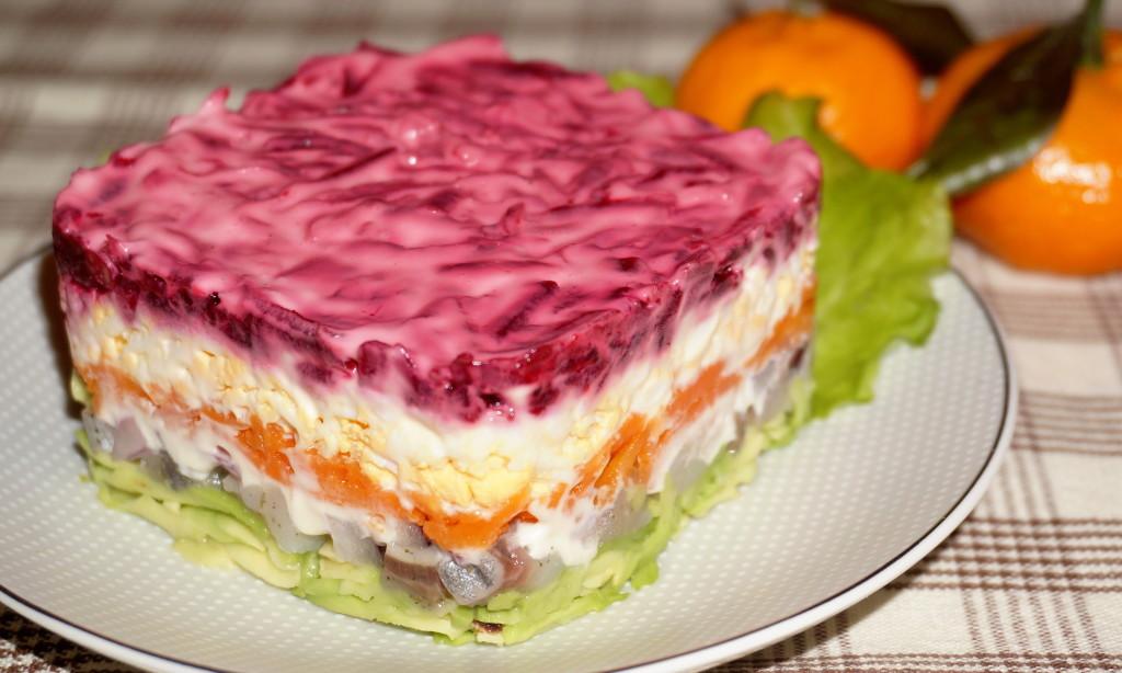 Селедка под шубой – один из самых распространенных слоеных салатов в русской кухне.