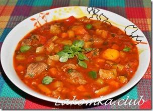 суп гуляш из говядины с овощами и паприкой