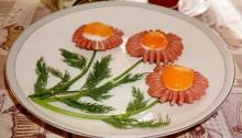 Яичница Ромашка из сосисок