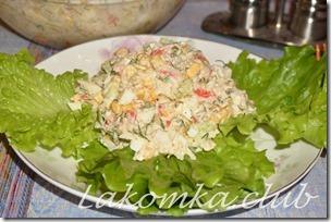 крабовый салат с рисом, кукурузой и огурцом