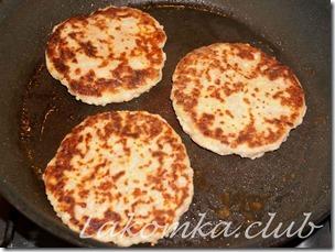 сырные оладьи на кефире с колбасой (3)