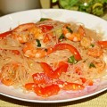 Салат из фунчозы с креветками и огурцами