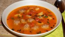 томатный суп с фрикадельками и картофелем