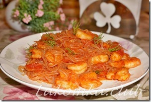 Фунчоза с креветками и помидорами