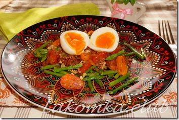Салат из спаржи с помидорами и яйцом