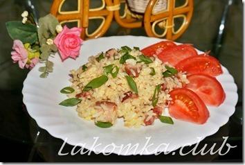 рис с беконом и яйцом