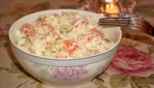 Салат из красной рыбы с рисом и огурцами
