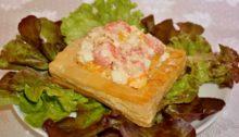 салат с моцареллой и креветками