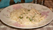 Фрикасе из куриных грудок в сливочном соусе с горошком