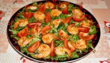 Салат из рукколы с креветками и помидорами