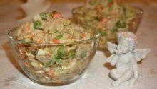 Салат Оливье с креветками и авокадо