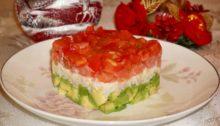 Салат из семги с авокадо и рисом