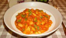 Филе индейки с фасолью в томатном соусе с карри