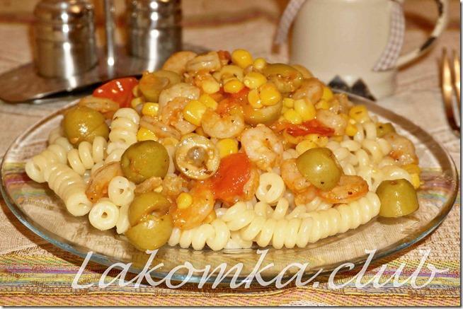 паста с кревтками, помидорами, оливками и кукурузой