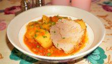 Тушеная говядина с картошкой и помидорами
