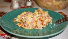 Салат с варено-копченой колбасой, сыром и кукурузой
