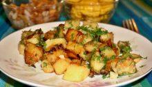 Картофель с луком жареный на сковороде