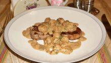Медальоны из говядины с грибным соусом