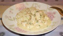 Куриное филе в сырном соусе на сковороде