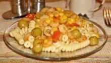 Паста с креветками, помидорами, оливками и кукурузой