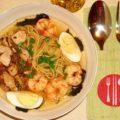 Азиатский суп с пшеничной лапшой, водорослями и креветками