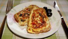 Яйца с помидорами, ветчиной и сыром в корочке хлеба