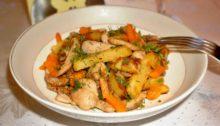 Жареный картофель с курицей и тыквой