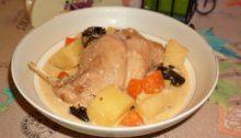 Кролик в сметанном соусе с черносливом