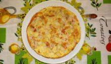 Фриттата с ветчиной и картофелем на сковороде