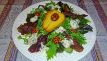 Салат с карамелизированной грушей и сыром с плесенью