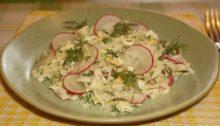 Салат из капусты с редисом и яйцом
